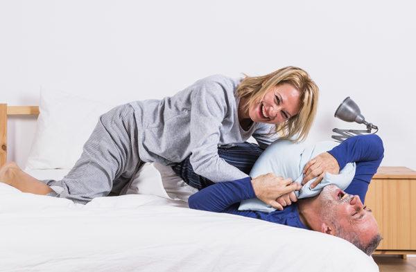 couple chahutant avec un oreiller