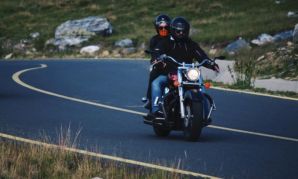 deux motards avec le nez voilés sur une moto