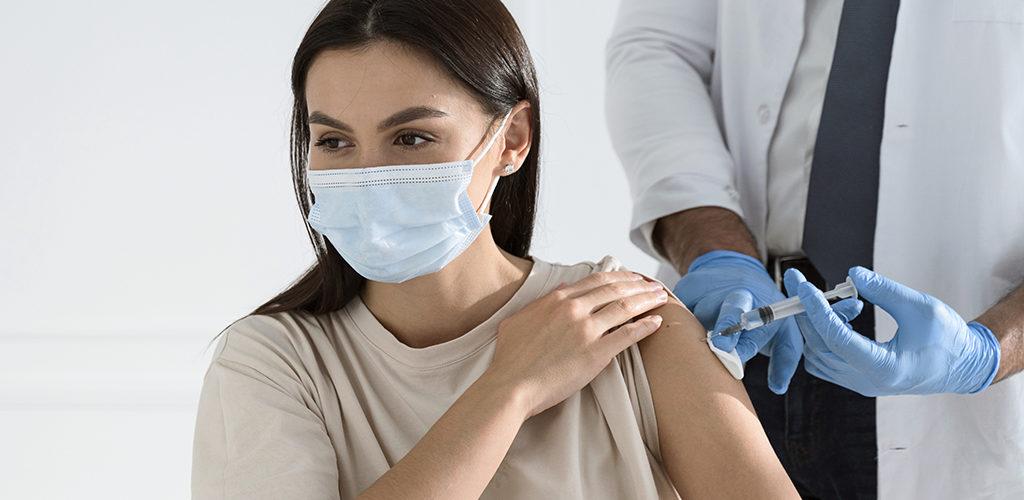 femme se faisant vacciner